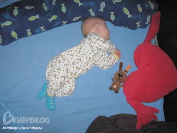 Младенец выгибает спинку: физиологические и патологические причины