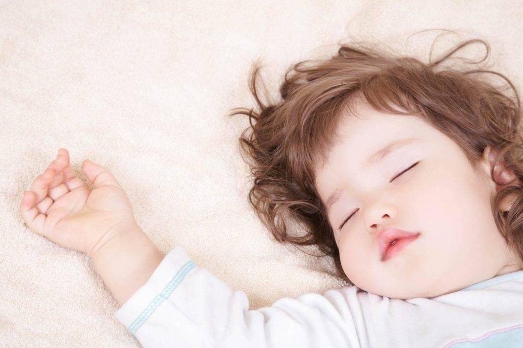 Грудничок весь день не спит: почему грудной ребенок плохо спит днем