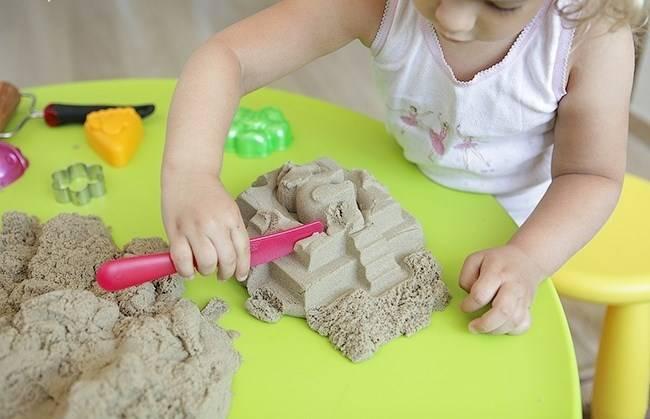 Кинетический песок для детей: с какого возраста можно играть с ним