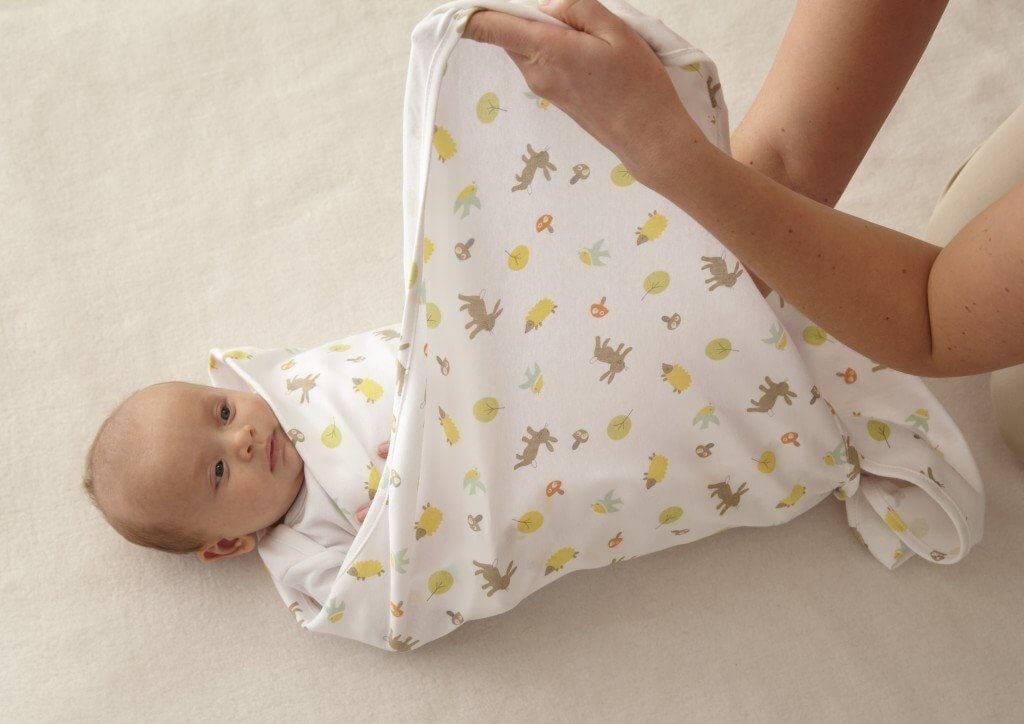 Как пеленать новорожденного в жару? какие пеленки лучше использовать летом, что нужно на выписку ребенка для пеленания