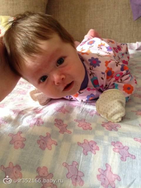 Во сколько месяцев ребенок держит голову