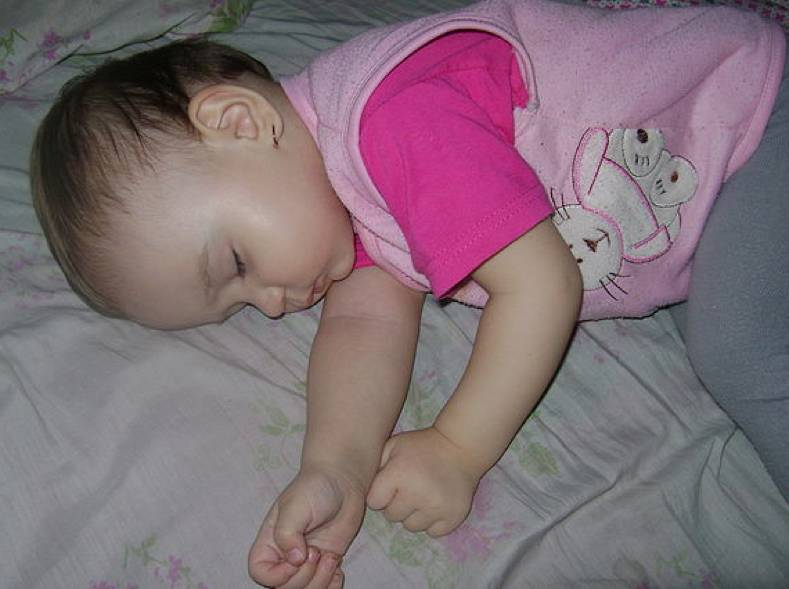 Ребенок потеет во сне: причины и советы доктора комаровского