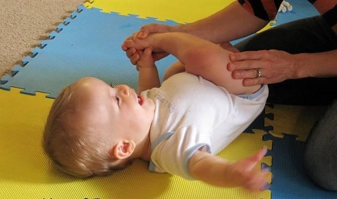 Когда ребенок начинает держать голову самостоятельно: как научить этому малыша, проблемы и отклонения от нормы, видео с упражнениями