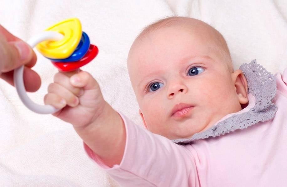 Когда ребенок начинает держать погремушку