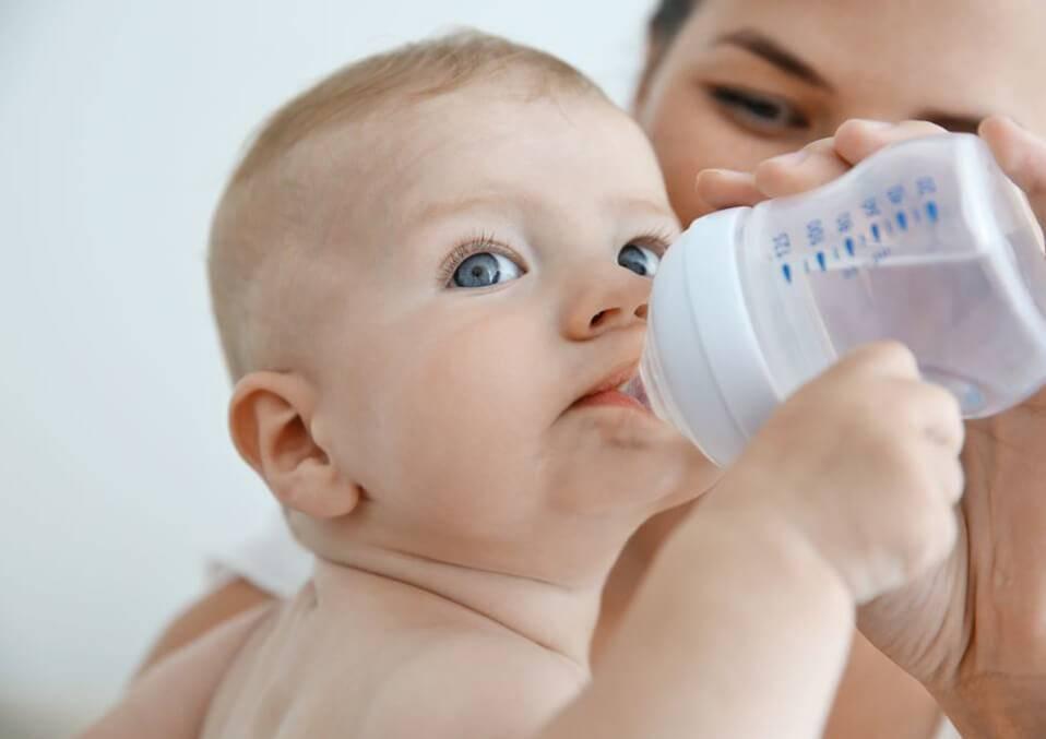 Ребенок пьет много воды: почему и что делать