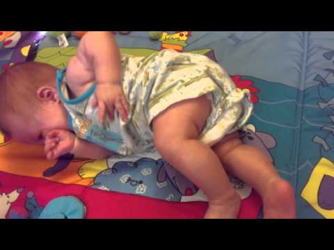 Как научить ребенка переворачиваться со спины на живот