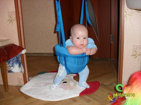Когда малыша можно ставить на ножки