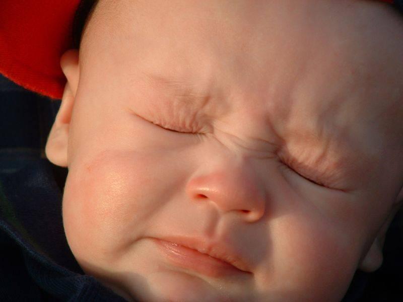 Почему новорожденный ребенок кряхтит и тужится