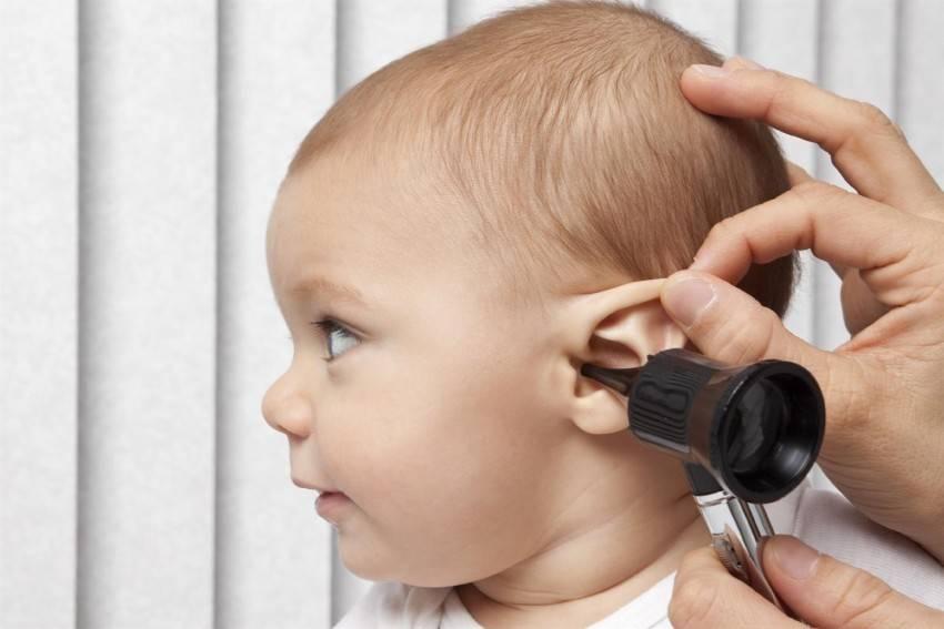 Как понять по симптомам, что у грудничка болит ухо