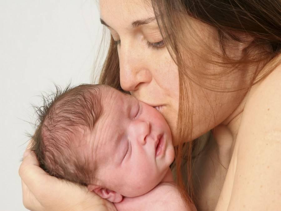Младенец на руках кормление грудью