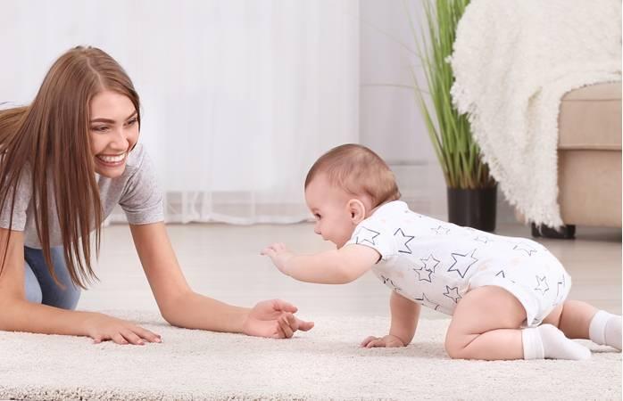 В каком возрасте ребенок начинает ползать самостоятельно: мальчик, девочка