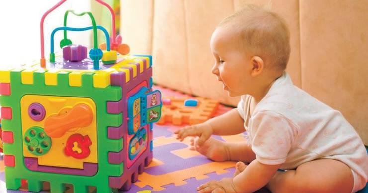 Что подарить ребенку на 2-5 месяцев?: погремушки и другие подарки мальчику и девочке, которым 2-3 и 4-5 месяцев
