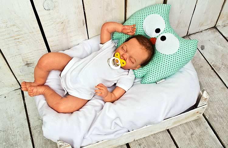 Когда ребенку можно спать на подушке. в каком возрасте нужно класть новорожденного на ортопедическую подушку