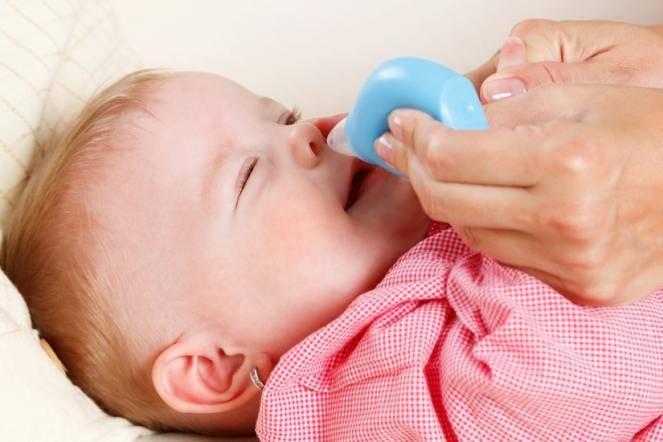 Как правильно почистить носик новорождённому