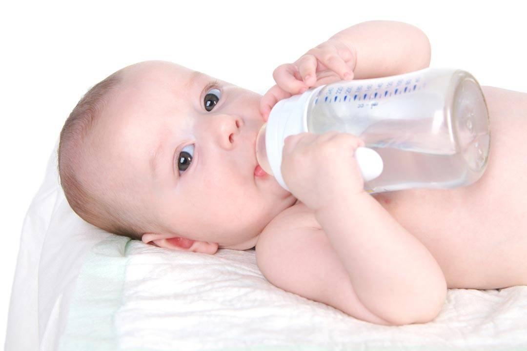 Ребенок много пьет воды: норма это или признак проблемы, причины жажды в год, в три, 6 лет, какие последствия большого приема жидкости