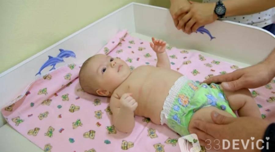Выкладывание грудничка на живот: когда начинать и как приучать