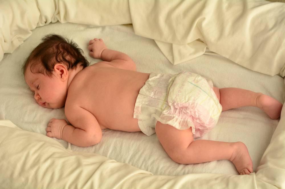 Можно ли укладывать ребенка спать на животе: мнение педиатров