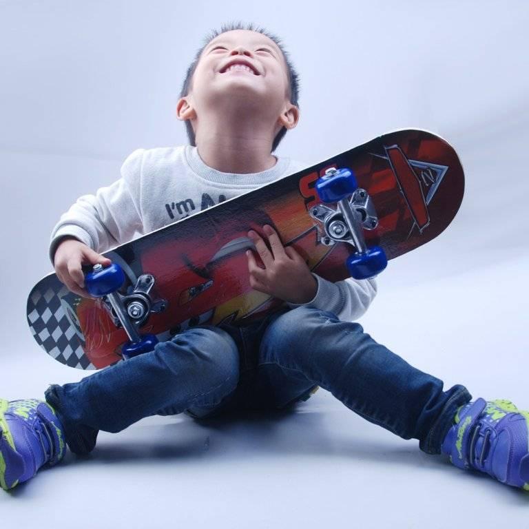 Как научить ребенка кататься на скейтборде: основы, трюки и советы