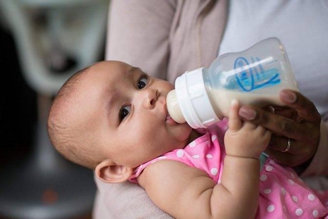 Ребенок пьет много воды: опасно ли это и что делать