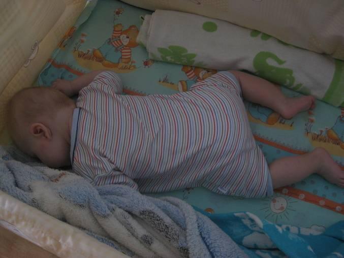 С какого возраста младенцу можно спать на животике: мифы и реальность