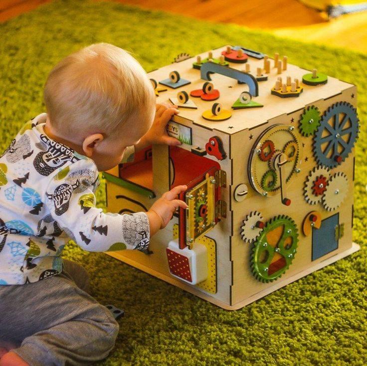 Развивающие игрушки своими руками для детей разных возрастов, полезные поделки из ткани и подручных материалов