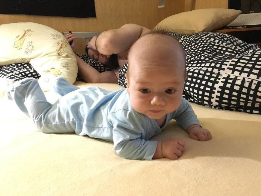 Возрастные нормы когда ребенок начинает держать голову самостоятельно и почему он плохо ее держит в 3 месяца