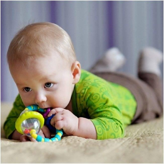 Когда ребенок начинает узнавать маму: сроки, особенности развития зрения у новорожденного