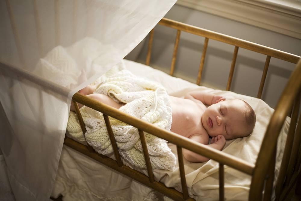 Грудничок вздрагивает во сне или когда засыпает: почему, что делать