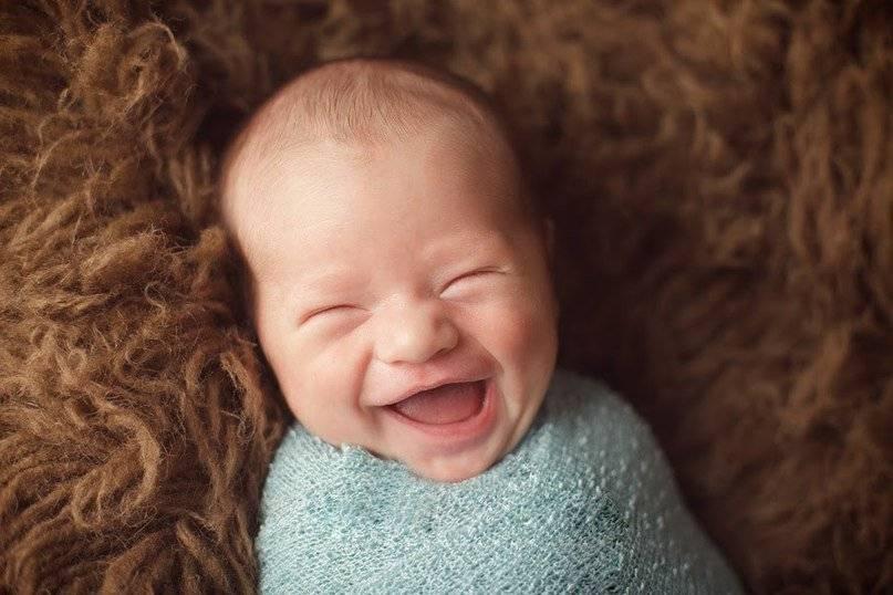 Когда новорожденный ребенок начинает осознанно улыбаться и смеяться?