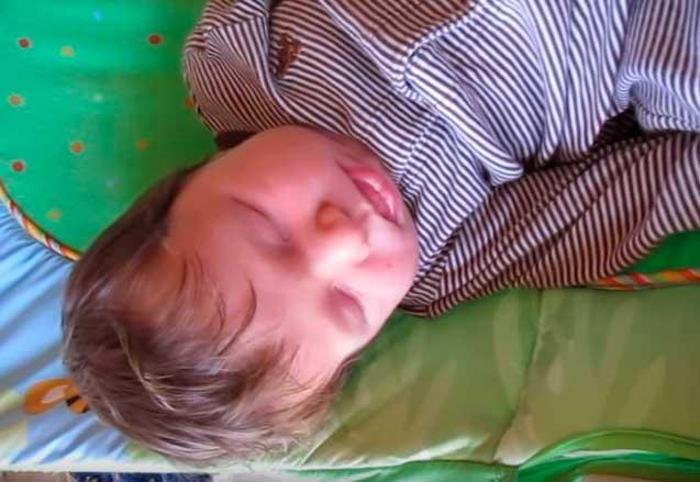 Новорожденный ребенок кряхтит, выгибается и краснеет - причины и решение