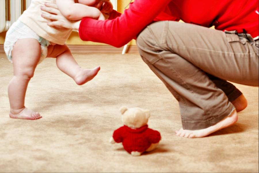 Во сколько месяцев дети начинают ходить?
