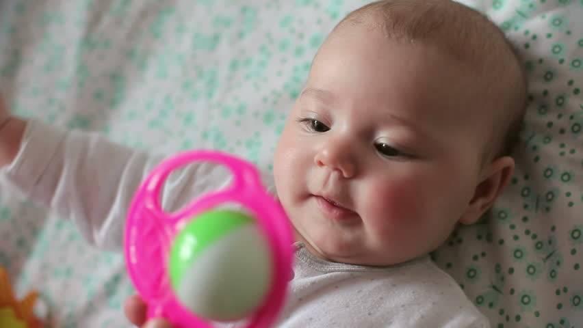 Со скольки месяцев ребенок держит погремушку. когда новорожденный начинает реагировать на погремушку и играть, как сделать своими руками