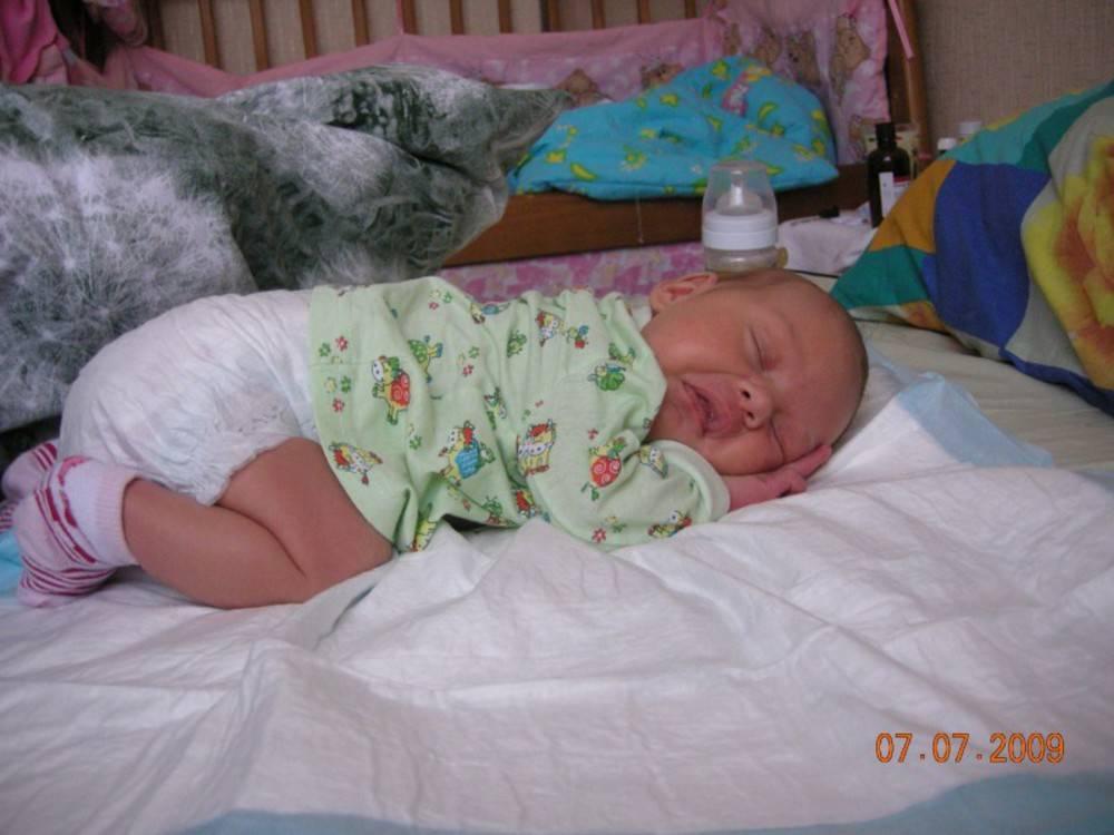 Можно ли новорожденному спать на животе, почему ребенок спит на животе