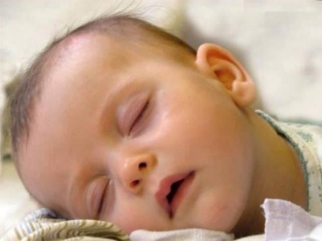 На что указывает сильное потоотделение у детей: доктор комаровский назвал три основные причины