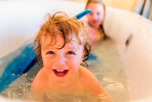 Ребенок боится купаться в ванной: что делать