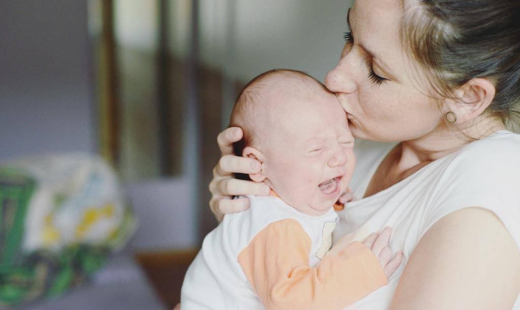 Грудной ребенок часто икает: причина, что делать родителям