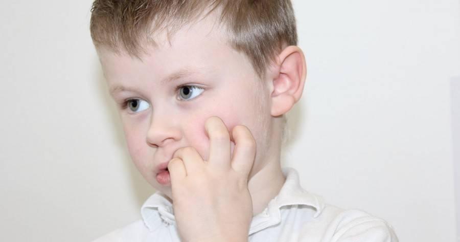 Почему дети грызут ногти?