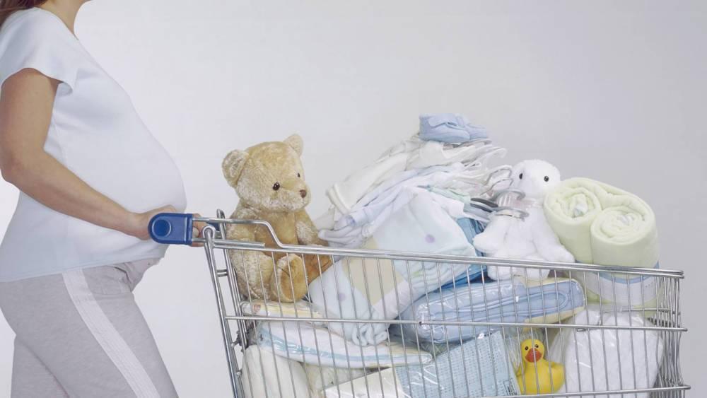 В чём суть запрета покупки вещей и одежды малышу до родов