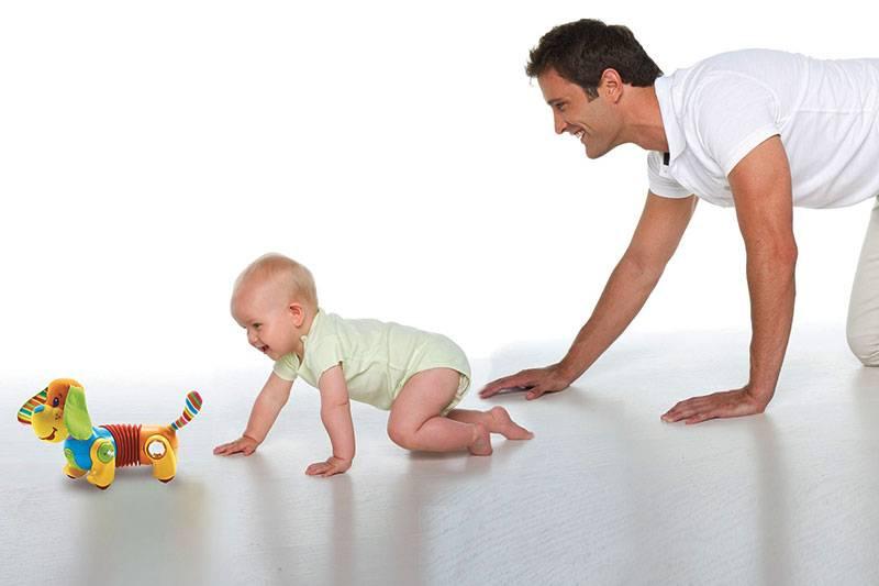 Когда ребенок начинает самостоятельно ползать на животе, по-пластунски, на четвереньках: как помочь ребенку поползти - упражнения и массаж