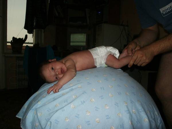 Выкладываем новорожденного на живот: с какого возраста и как правильно это делать?