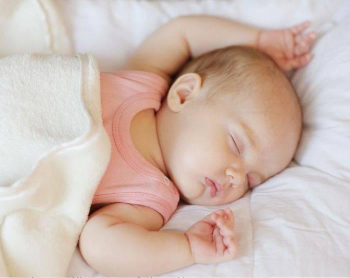 Новорожденный тужится и кряхтит — есть повод для паники?