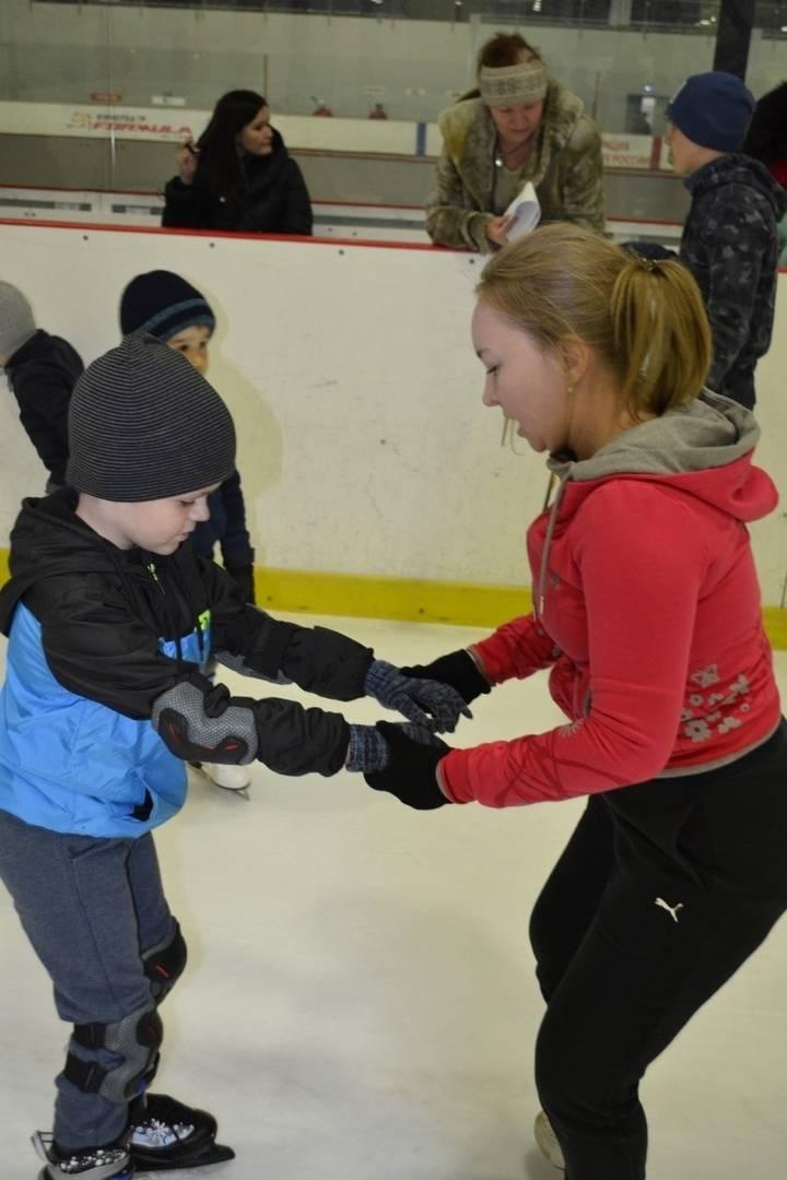 Как научить ребенка кататься на коньках: советы экспертов для первого выхода на лед