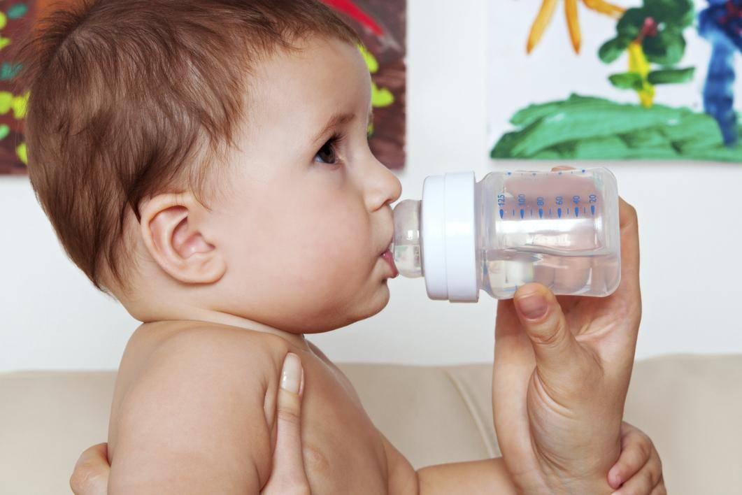 Ребенок пьет воду ночью: причины данного поведения, способы, как отучить малыша выпивать много жидкости в ночное время