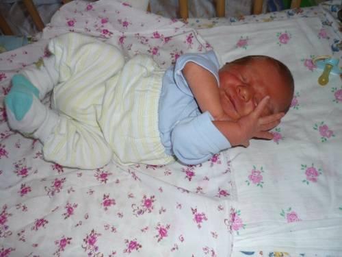Новорожденный кряхтит и тужится во сне – 10 основных причин