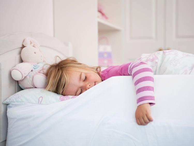 Почему ребенок не спит в кроватке