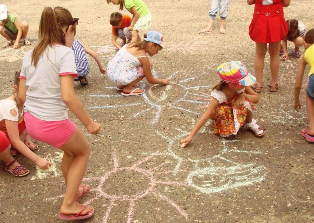 Лето с ребенком: куда пойти и как развлечь малыша - от гуляний до приучения к домашним делам