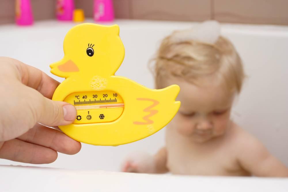 Правила купания грудных детей и температура воды