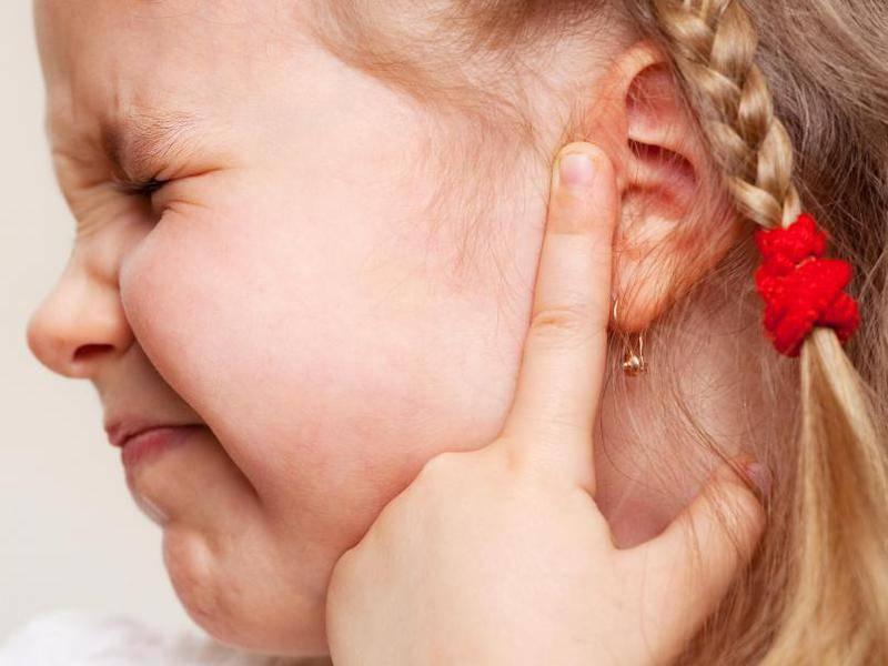 Боль в ухе у ребенка – что делать? [причины и лечение]