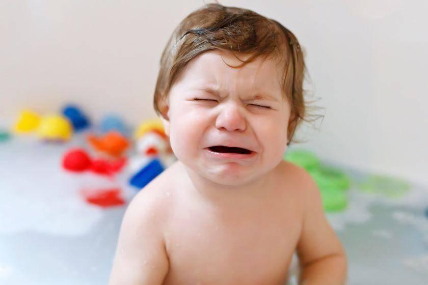 Ребёнок боится купаться, в тч в ванной (новорождённый, 1-2 года): почему и что делать