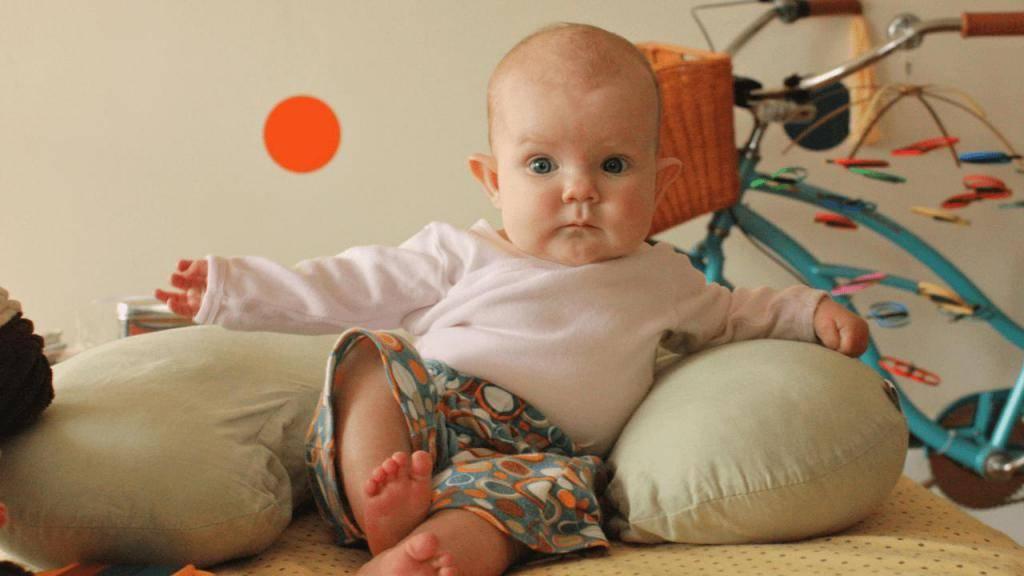 Когда ребенок начинает сидеть самостоятельно: во сколько месяцев